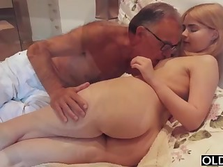 legal yo lady smooching and pokes her impersonate daddy in his bedroom